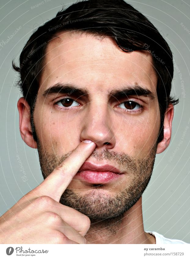 biometrisch Biometrie Mann Gesicht Nase bohren Finger Schupfnudeln Fingerfood Bart braunes Auge brünett ernst grau Konzentration Kunst Kultur Porträt