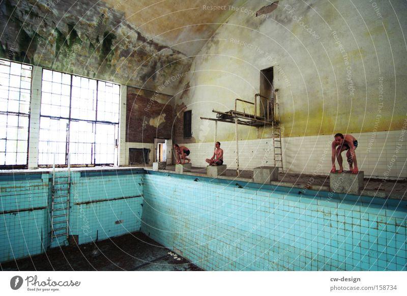 Auf die Plätze Mensch Mann blau alt Erwachsene Sport Spielen Architektur Schwimmen & Baden Freizeit & Hobby maskulin leer kaputt Sportmannschaft Körperhaltung Schwimmbad