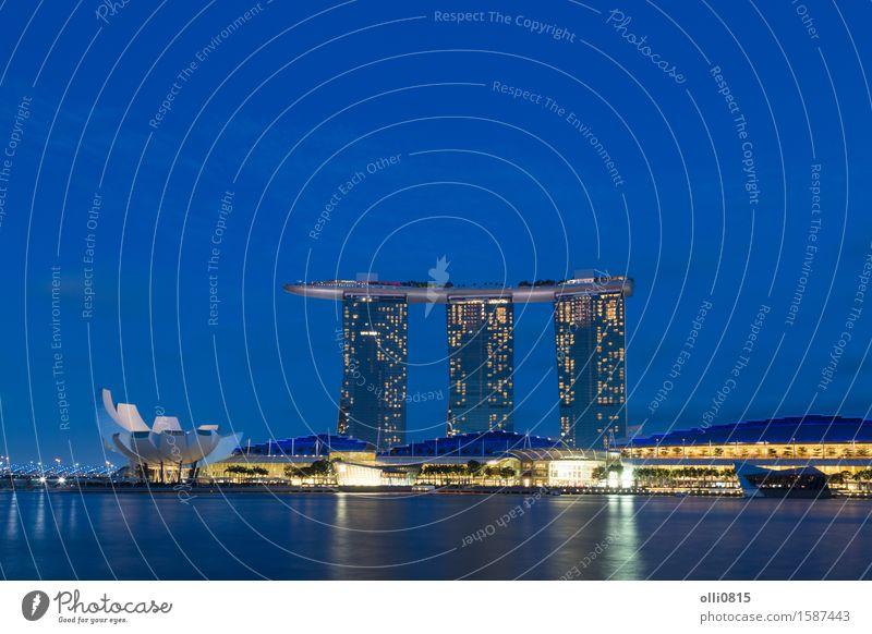 Marina Bay Sands in Singapur bei Nacht Ferien & Urlaub & Reisen Stadt Architektur Tourismus modern Hochhaus erleuchten Asien Hotel Reichtum Singapore Resort