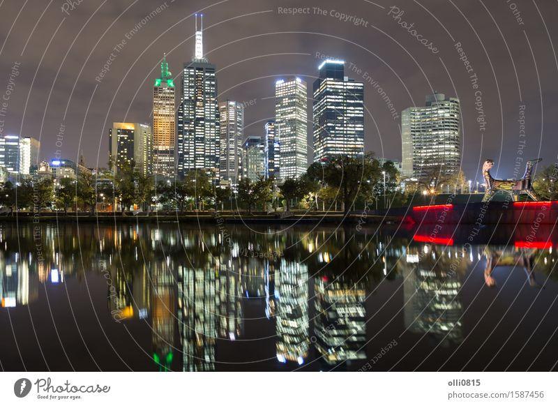 Blick auf die Skyline von Melbourne über den Yarra River Ferien & Urlaub & Reisen Stadt Architektur Gebäude Tourismus Hochhaus Brücke Fluss erleuchten
