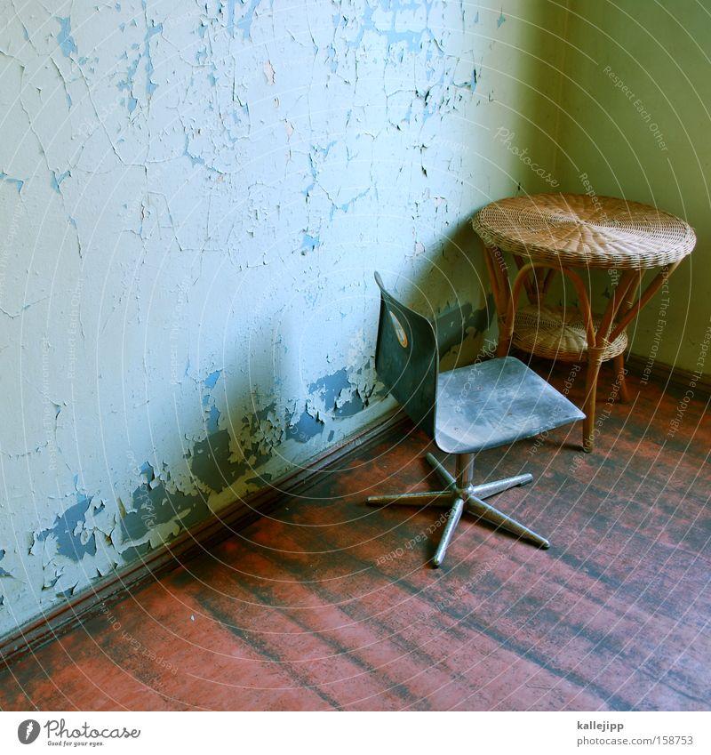 ehrenplatz Stuhl Tisch Flur Treppe Wand Treppenhaus Müll Altbau Möbel Innenarchitektur Design Hochstuhl Dielenboden rattan