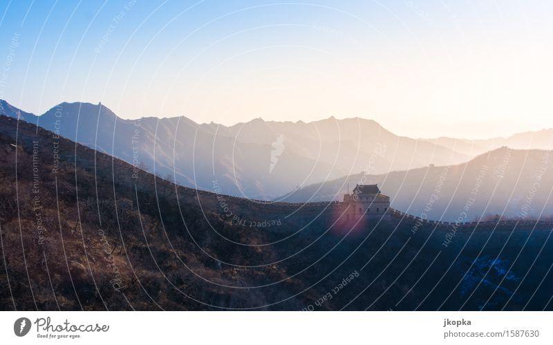Chinesische Mauer im Morgenlicht Abenteuer Ferne Freiheit Wohnung Architektur Landschaft Wolkenloser Himmel Berge u. Gebirge Gipfel Menschenleer Bauwerk Festung
