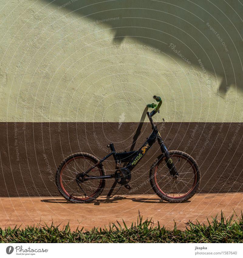 Fahrrad an Wand in Thailand Freude Freizeit & Hobby Spielen Fahrradtour Fahrradfahren Kinderfahrrad Verkehrsmittel Fahrzeug Diät Fitness blau braun