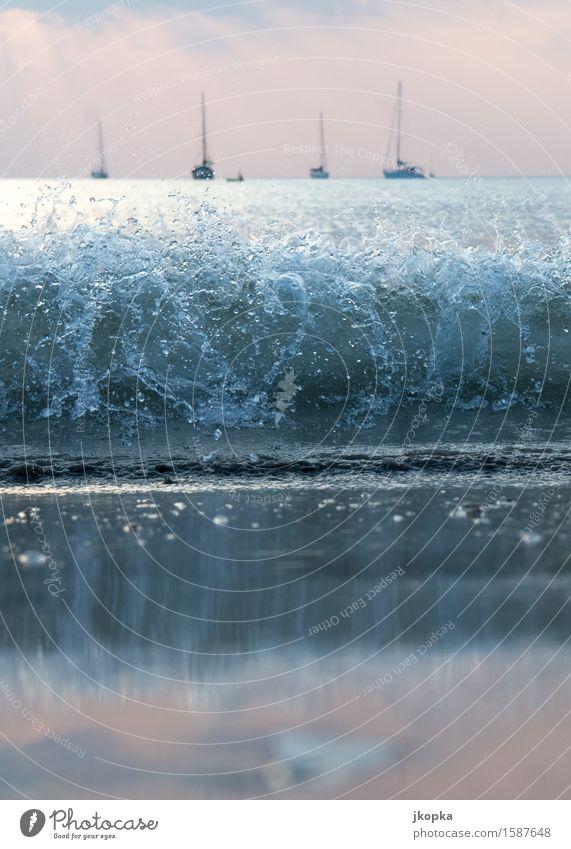 Wellen vor ankernden Segelyachten Ferien & Urlaub & Reisen Meer Erholung Ferne Strand Küste Freiheit Horizont Insel Abenteuer Schifffahrt Segeln Segelboot