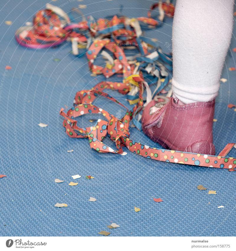 Kinderfasching Karneval Kindergarten Maske Karnevalskostüm Freude Luftschlangen mehrfarbig Kinderlied Tanzen springen Kostüm Hausschuhe rosa Strumpfhose