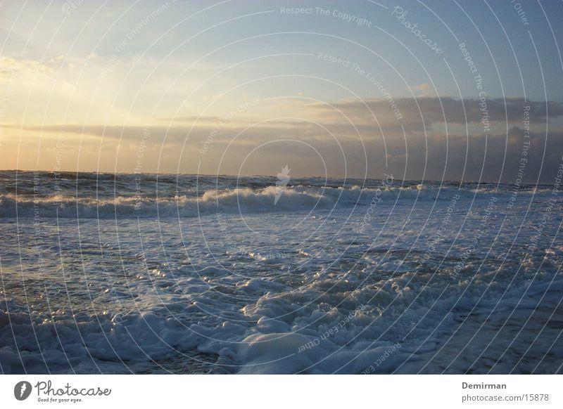 schaumig Meer Schaum Strand Sommer Flüssigkeit Wasser Himmel blau hell Sonne Natur