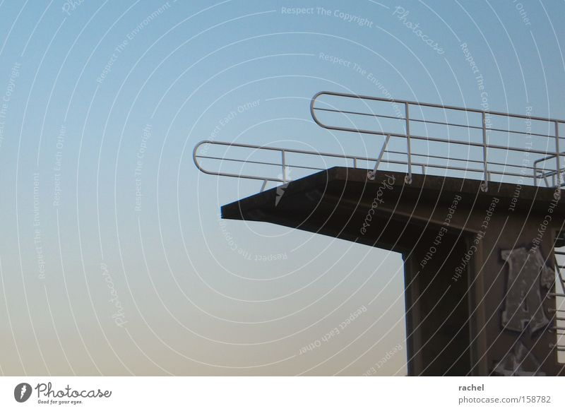 Nebensaison Freizeit & Hobby Sommer Wassersport Turmspringen Schwimmbad Sprungturm Freibad Open Air Himmel Sonnenaufgang Sonnenuntergang Graffiti Mut Einsamkeit