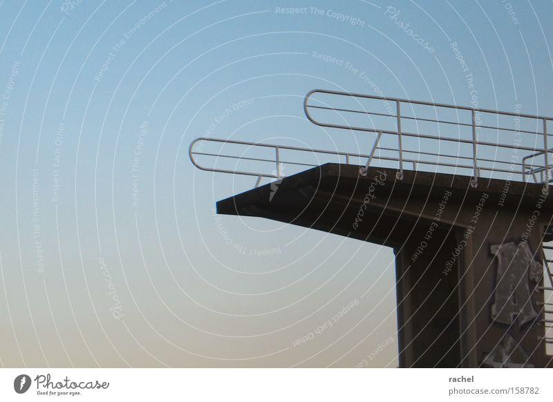 Nebensaison Himmel Sommer Einsamkeit Graffiti Freizeit & Hobby leer Schwimmbad Mut Abenddämmerung anstrengen Respekt Wassersport Höhe Sprungbrett Plattform