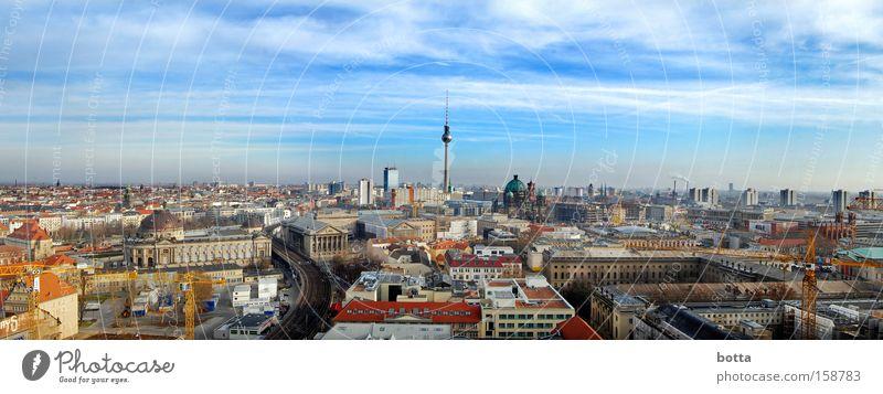 Einer flog fast über den Fernsehturm Stadt Berlin Deutschland groß Europa Panorama (Bildformat) luftig
