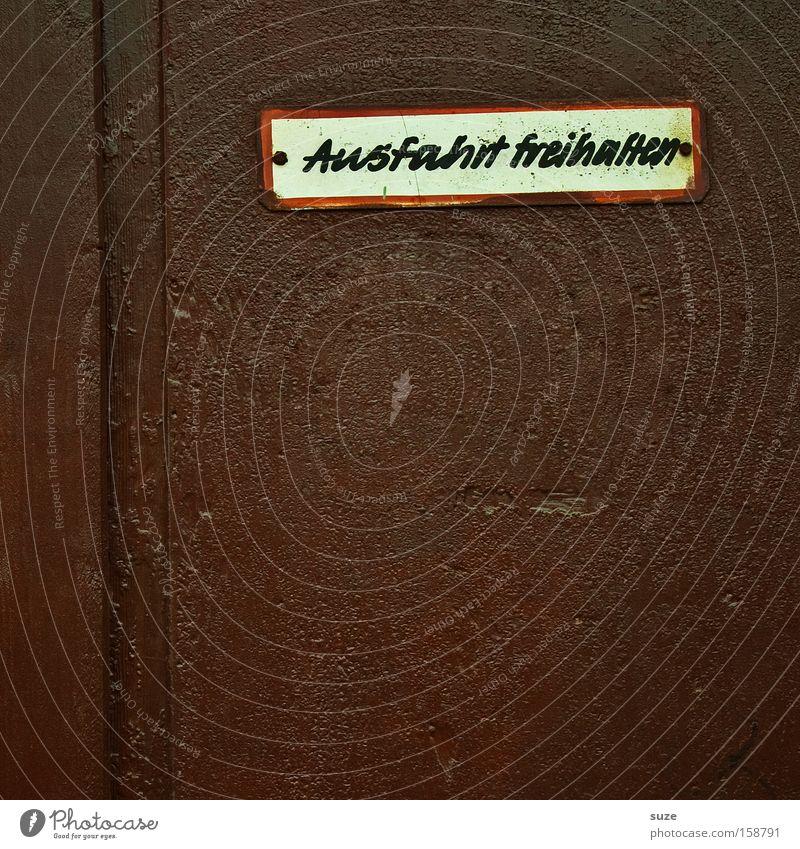Bin gleich wieder da alt braun Tür Schilder & Markierungen Schriftzeichen retro Tor Typographie Wort Hinweis Text Ausfahrt Gesetze und Verordnungen Parkverbot Toreinfahrt Lateinische Schrift