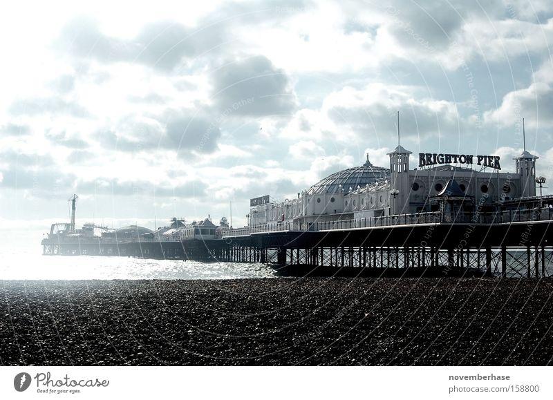 In weniger als 5 Minuten wird es regen! Wasser weiß Meer blau Strand Wolken Holz Sand Regen Hafen Anlegestelle England Brighton