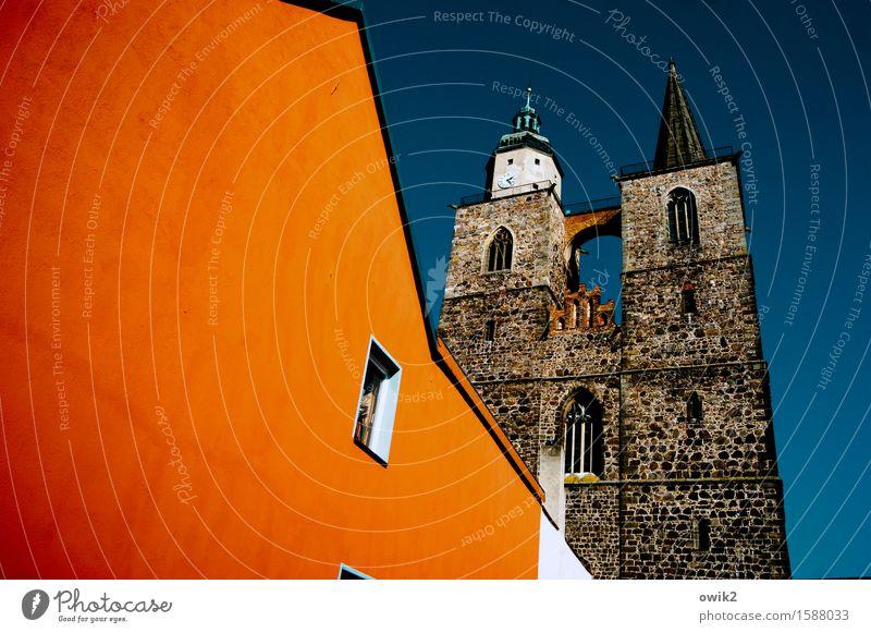 Farbenfrohe Stadt blau weiß Haus Fenster Architektur Wand Gebäude Mauer braun Deutschland Fassade orange leuchten Kirche Neigung Bauwerk