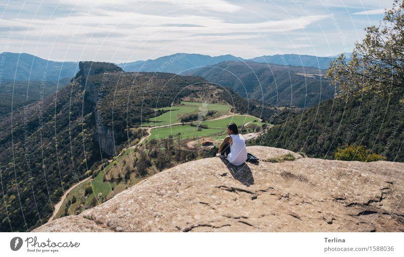 Hoch hinaus Mensch Natur Jugendliche Baum Erholung Landschaft Ferne 18-30 Jahre Wald Berge u. Gebirge Erwachsene Wärme natürlich feminin Freiheit oben