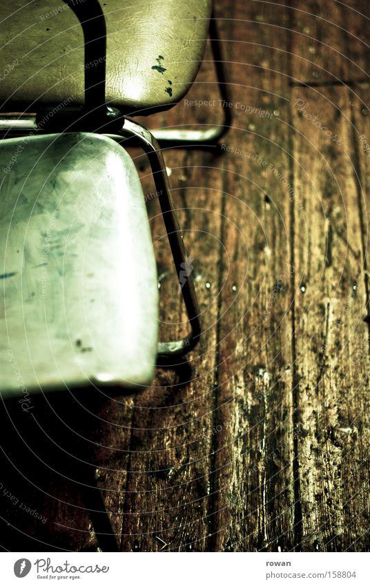 wartezimmer warten Stuhl Holz Holzfußboden alt schäbig Möbel grün Sitzgelegenheit trist