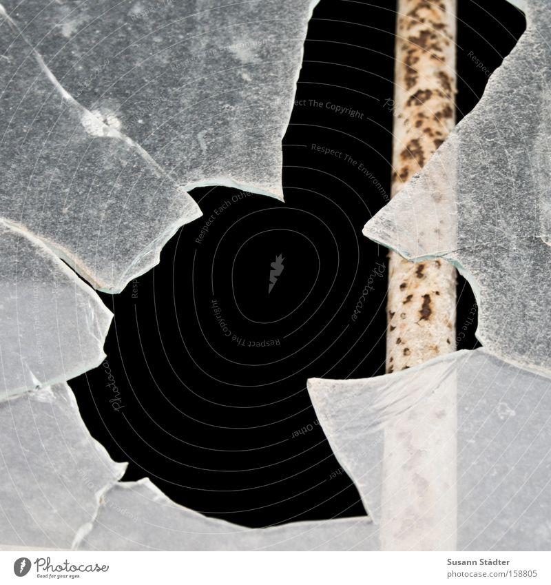 Ausbruch Fensterscheibe Autofenster Scheibe Scherbe Einbruch Stab Gitter Justizvollzugsanstalt Absicherung Sicherung gefährlich Nacht Polizei Fabrik Bahnhof