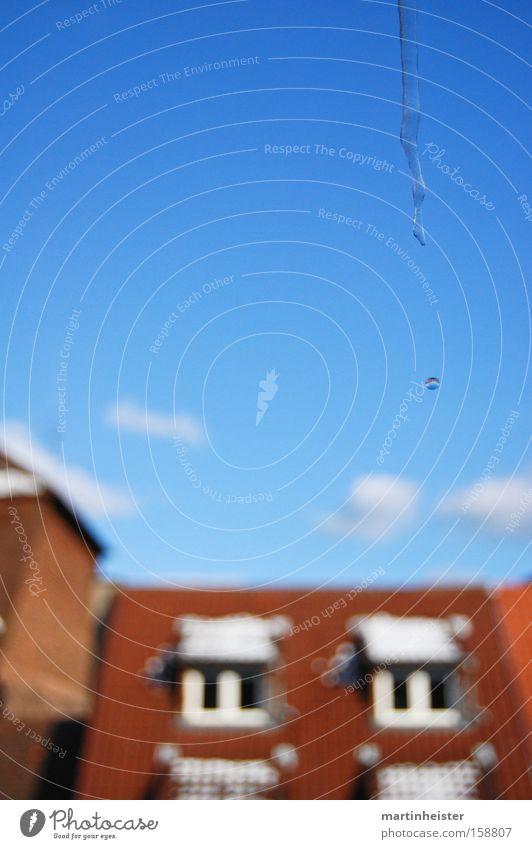 Eiszapfentropfen Himmel blau Winter kalt Wassertropfen Dach Tau Februar schmelzen tauen