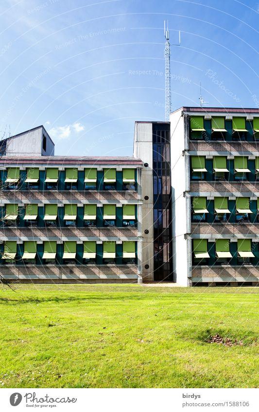 Sonnenschutzfaktor Stadt blau grün Haus Wärme Architektur Wiese Design Häusliches Leben ästhetisch einfach Schönes Wetter Sauberkeit Wolkenloser Himmel eckig