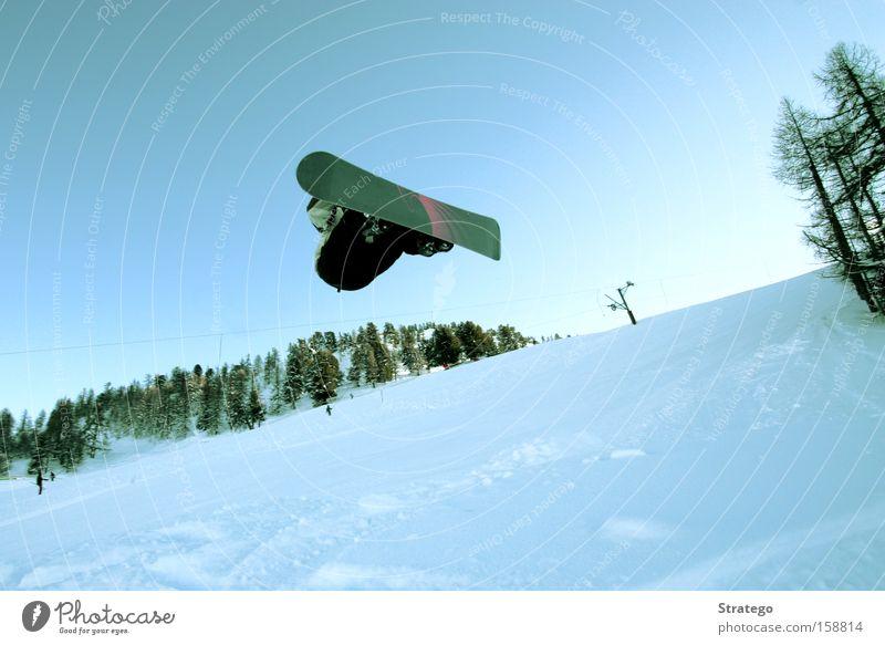 Ab durch die Lüfte weiß Winter Wald Schnee Stil fliegen springen hoch einzeln Blauer Himmel Snowboard Wintersport Freestyle Skipiste Waldrand Snowboarding