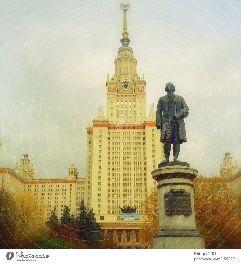 MGU - Universität Moskau Studium Russland Statue Herbst Sieben Schwestern Wahrzeichen Denkmal Bildung University Moscow Russia Lomonossowsky Lomonosov