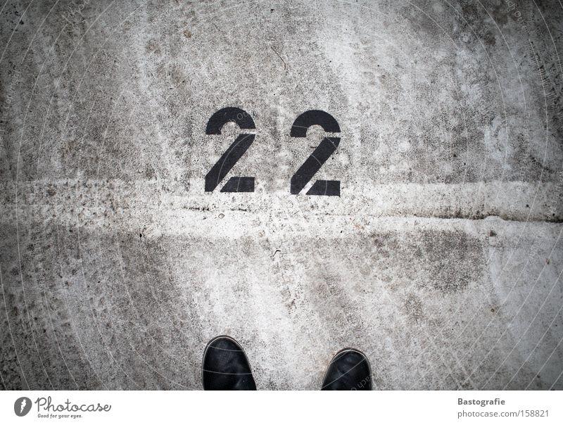 22 Ziffern & Zahlen Schuhe Straße Parkplatz parken KFZ Spuren Fußspur Beton Teer Verkehr Verkehrswege Schnapszahl dreckig