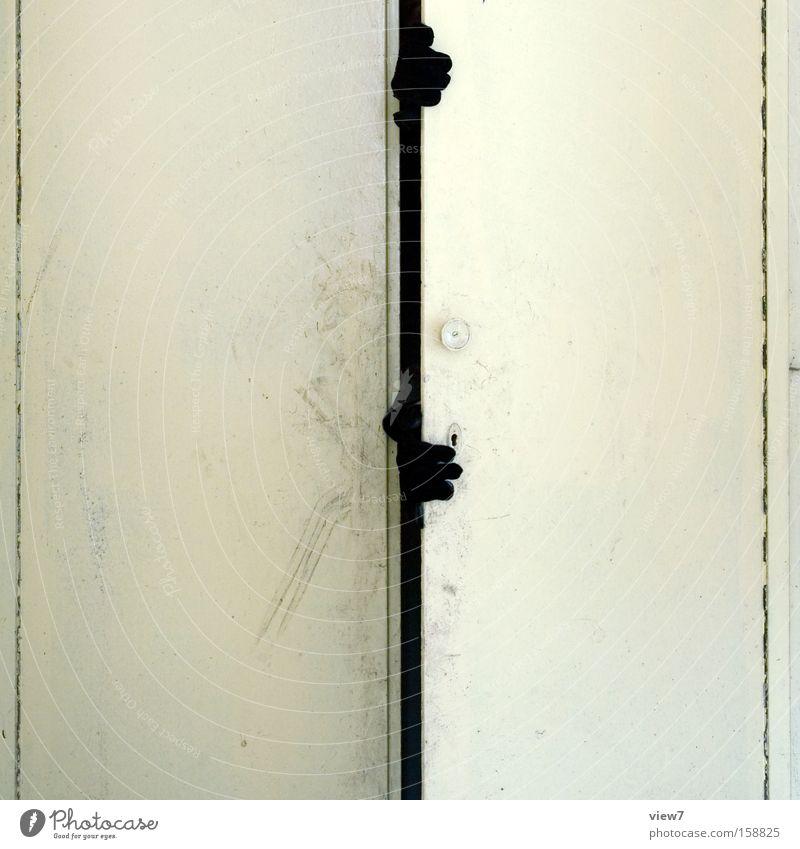 ungeheurlich. Schrank Dieb Einbruch grauenvoll schrecklich Kriminalität Versteck gruselig Tür Einbauschrank Handschuhe Griff aufmachen Image Angst Panik Möbel