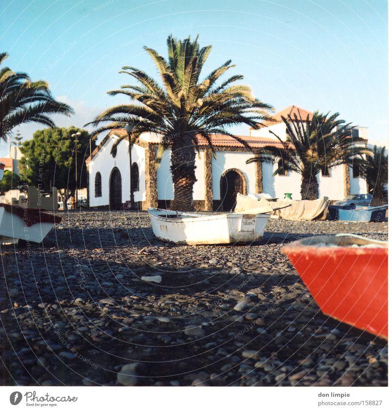 Fischerdorf Dorf Wasserfahrzeug Palme Kirche Strand Stein alt Tourismus Fuerteventura Mittelformat analog Gotteshäuser la lajita