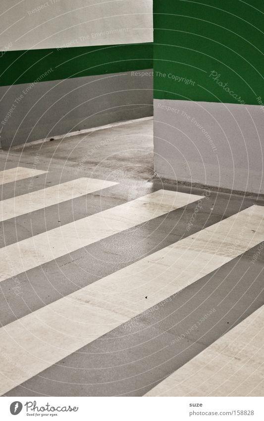 Durchgang Parkhaus Verkehr Verkehrswege Straße Wege & Pfade Beton Schilder & Markierungen Streifen dreckig einfach grau grün weiß Asphalt Fußweg Übergang