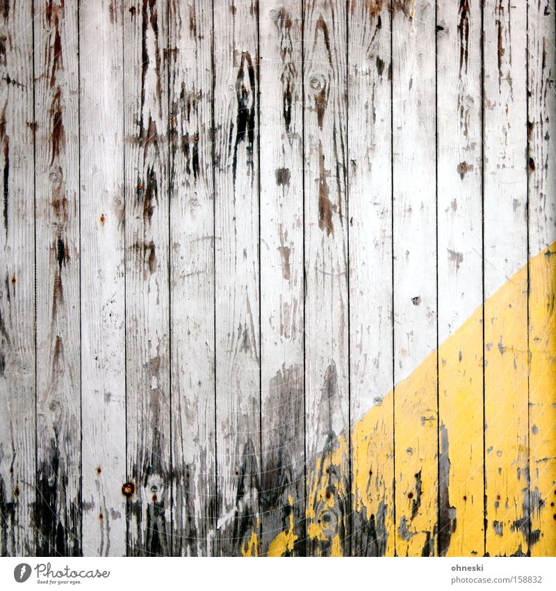Alt Holz Holzbrett Wand Dreieck gelb verrotten alt schäbig Vergänglichkeit Zeit morsch Hütte Verfall verfallen