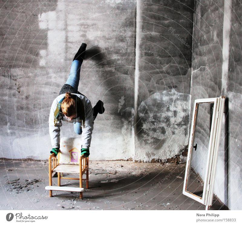 Mein Zimmer Hochstuhl Stuhl Fensterrahmen Frau Handstand Wand Fabrik alt kaputt Einsamkeit laufen dreckig Raum Örtlichkeit verfallen Örtlichkeiten