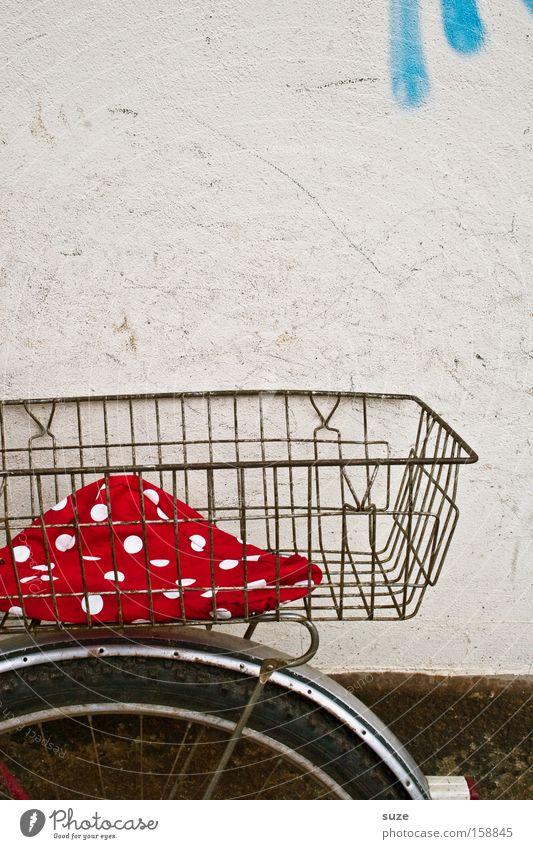 Pünktchen fährt mit Mauer Wand Fahrrad alt authentisch einfach rot Beutel Schutzblech Damenfahrrad gepunktet retro Korb Detailaufnahme Textfreiraum oben