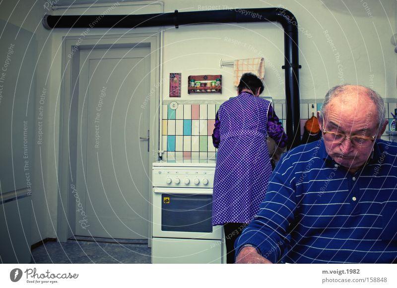 Arbeitsteilung Mensch alt Senior Einsamkeit Paar Stimmung Zusammensein Wohnung Familie & Verwandtschaft Kochen & Garen & Backen retro Küche authentisch
