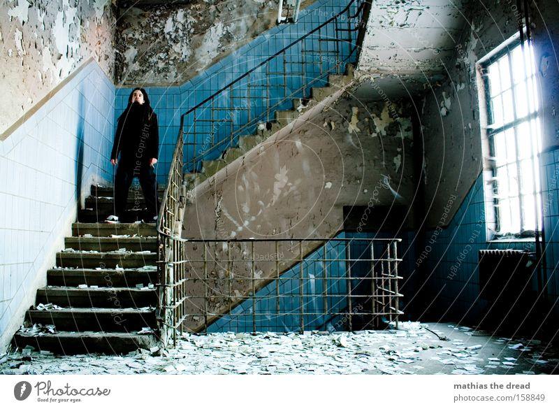 LEISE RIESELT Mann alt blau ruhig Fenster Regen stehen Vergänglichkeit Innenarchitektur Fliesen u. Kacheln verfallen chaotisch mystisch erstarren