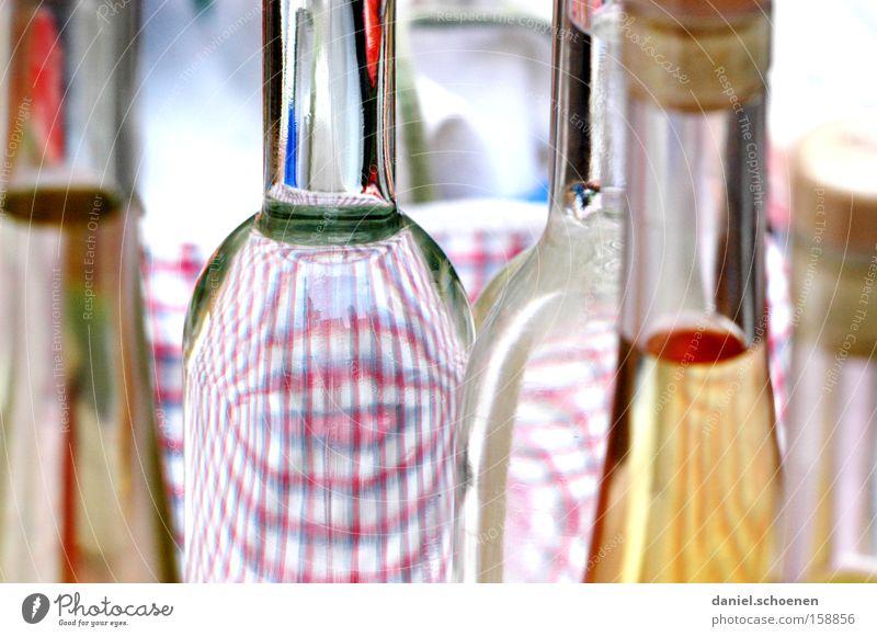 Schnäpschen ?? Glas Flasche deutlich Alkohol durchsichtig Anschnitt Bildausschnitt Flaschenhals Verpackung Getränk Spirituosen Glasflasche