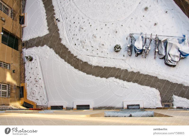 Winterversion Schnee Schneedecke Neuschnee Hinterhof Fahrradständer Abstellplatz Wege & Pfade Hausmeister Stadthaus Fassade Vogelperspektive Berlin schneedienst