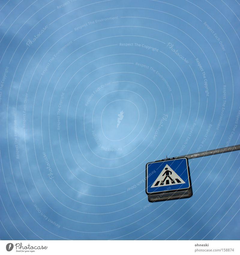 Skywalker Himmel blau Wolken Straße grau Schilder & Markierungen Verkehr Sicherheit Hinweisschild Kontrolle Fußgänger Verkehrsschild Straßennamenschild Überqueren Zebrastreifen Verkehrssicherheit