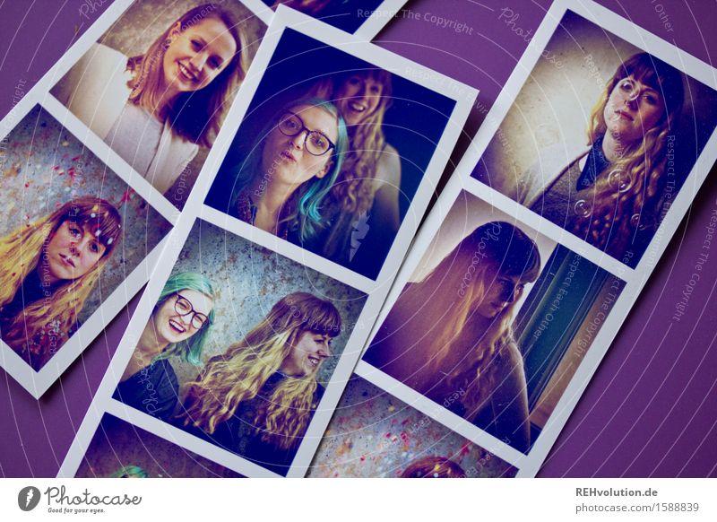 """""""Ich hab Fotos..."""" Mensch feminin Junge Frau Jugendliche 3 18-30 Jahre Erwachsene Kunst langhaarig Lächeln lachen außergewöhnlich Coolness Freundlichkeit"""
