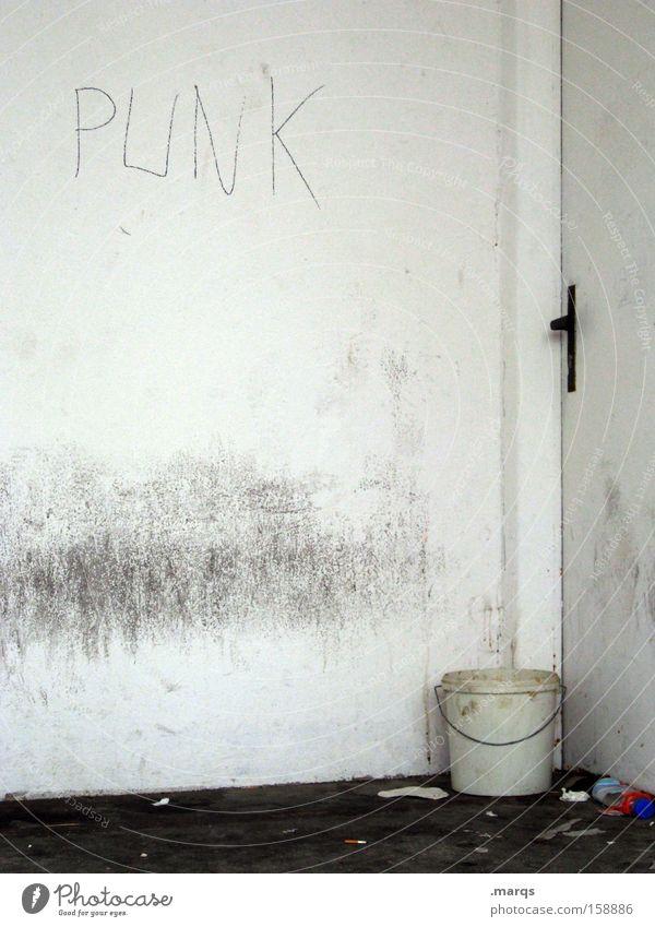 Bleibe Tür Punk Zimmerecke Müll Typographie dreckig Eimer Schriftstück Häusliches Leben Armut Einsamkeit obdachlos Versteck Sozialer Dienst verfallen Trauer