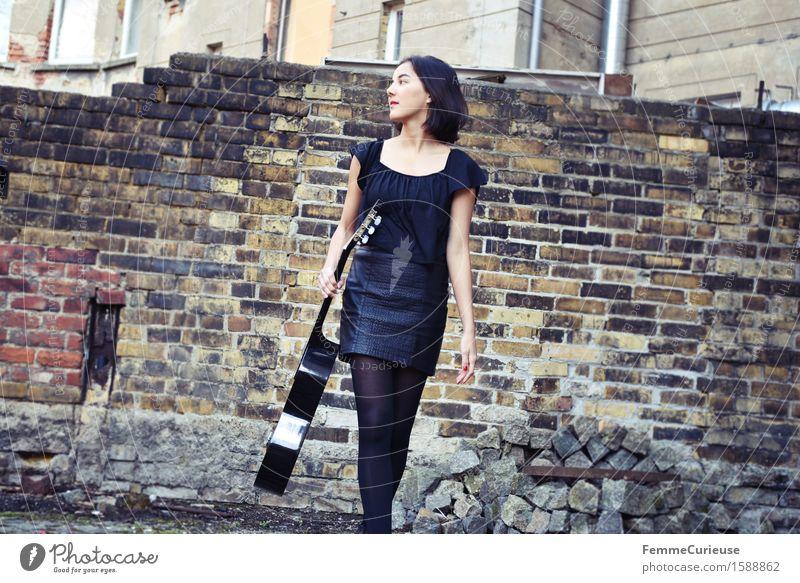 UrbanChic_03 Mensch Frau Jugendliche Stadt schön Junge Frau ruhig 18-30 Jahre schwarz Erwachsene Stil Lifestyle Mauer Freizeit & Hobby elegant modern