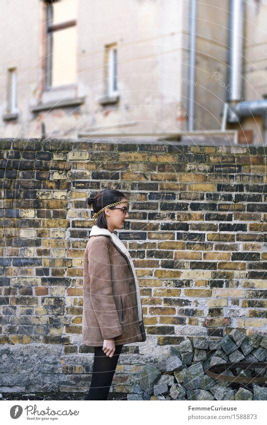 UrbanChic_05 Lifestyle Stil feminin Junge Frau Jugendliche Erwachsene 1 Mensch 18-30 Jahre einzigartig Stadt Grossstadtromantik Hinterhof Backsteinwand