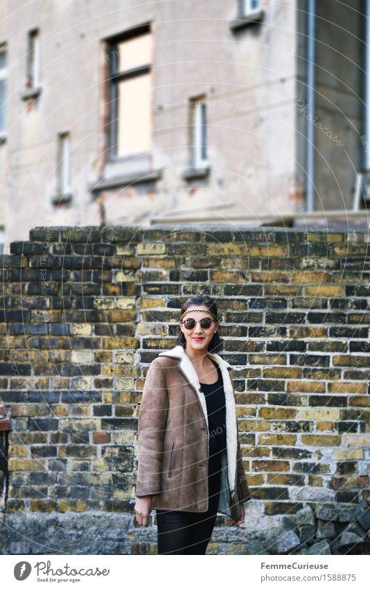 UrbanChic_10 Mensch Frau Jugendliche Stadt Junge Frau 18-30 Jahre Erwachsene Frühling feminin Stil Lifestyle lachen Mode Fassade Zufriedenheit einzigartig
