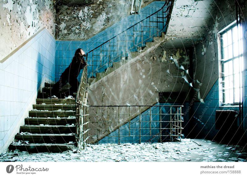 GEDANKENAUSSCHÜTTUNG Mann alt blau ruhig Fenster Regen stehen Vergänglichkeit Innenarchitektur Fliesen u. Kacheln verfallen chaotisch mystisch erstarren