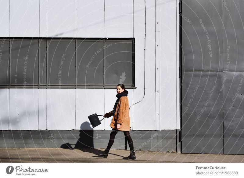 UrbanChic_09 Lifestyle Stil feminin Junge Frau Jugendliche Erwachsene 1 Mensch 18-30 Jahre Stadt Wege & Pfade Spaziergang Accessoire Handtasche Fabrikhalle