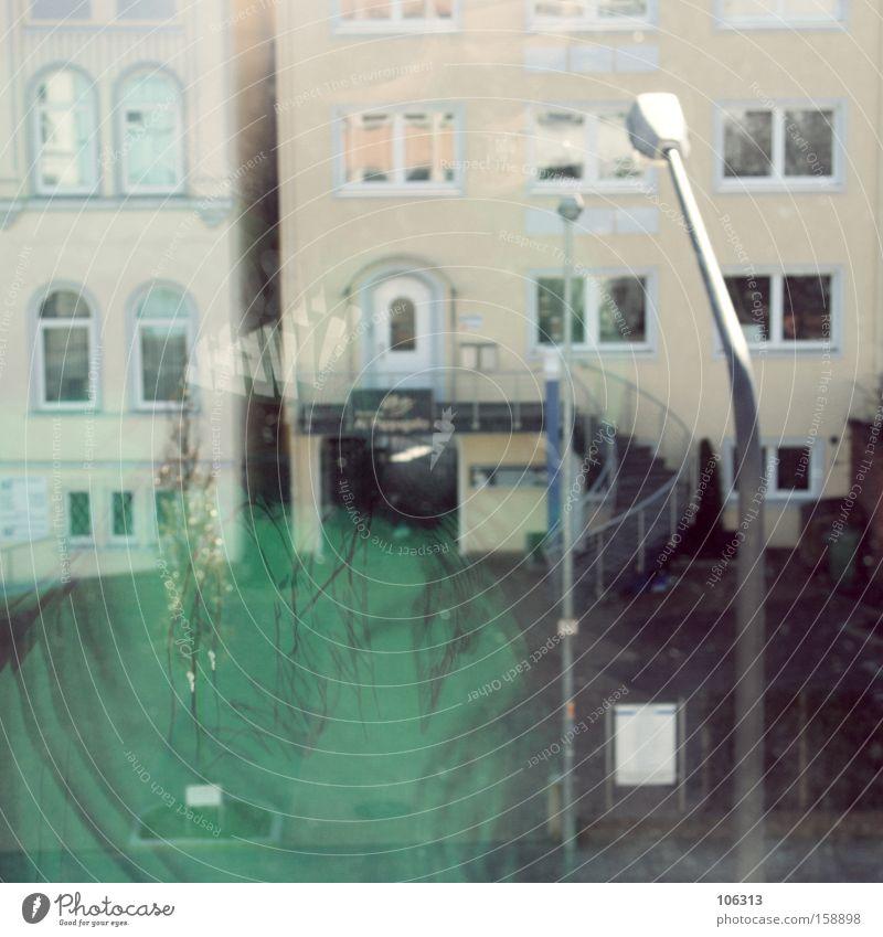 Fotonummer 113352 Spielen Haus Lampe Fenster Verkehrswege grün Farbe Frieden Laterne beige Niveau Ebene unklar rückkopplung Spiegelbild Reflexion & Spiegelung