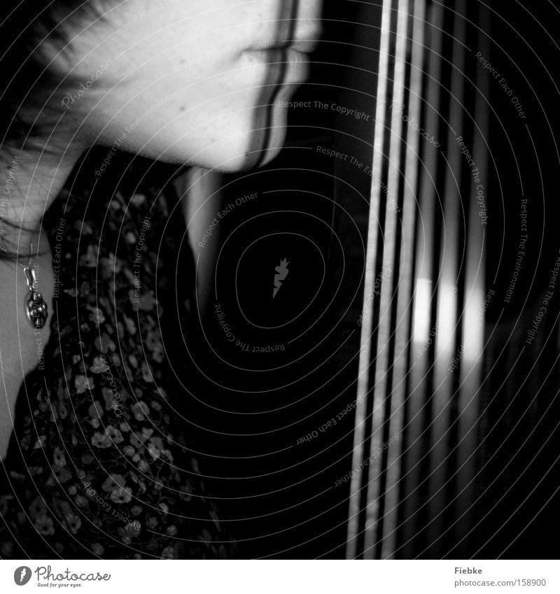 stiller moment Gitarre Musik Gitarrenspieler Schatten Saite Musikinstrument Freude Leidenschaft Freizeit & Hobby ruhig Konzentration Schwarzweißfoto Frau