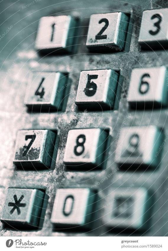 Knöpfe eines alten öffentlichen Telefons. Straße Metall dunkel retro grau schwarz öffentliches Telefon Zelle altehrwürdig flacher Dof Ziffer Nummer Konsistenz