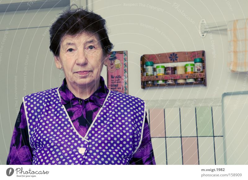 Schürze muss sein Frau alt Senior Einsamkeit Traurigkeit Zufriedenheit leer Trauer retro Küche Mensch Porträt Hautfalten Großmutter Verzweiflung DDR