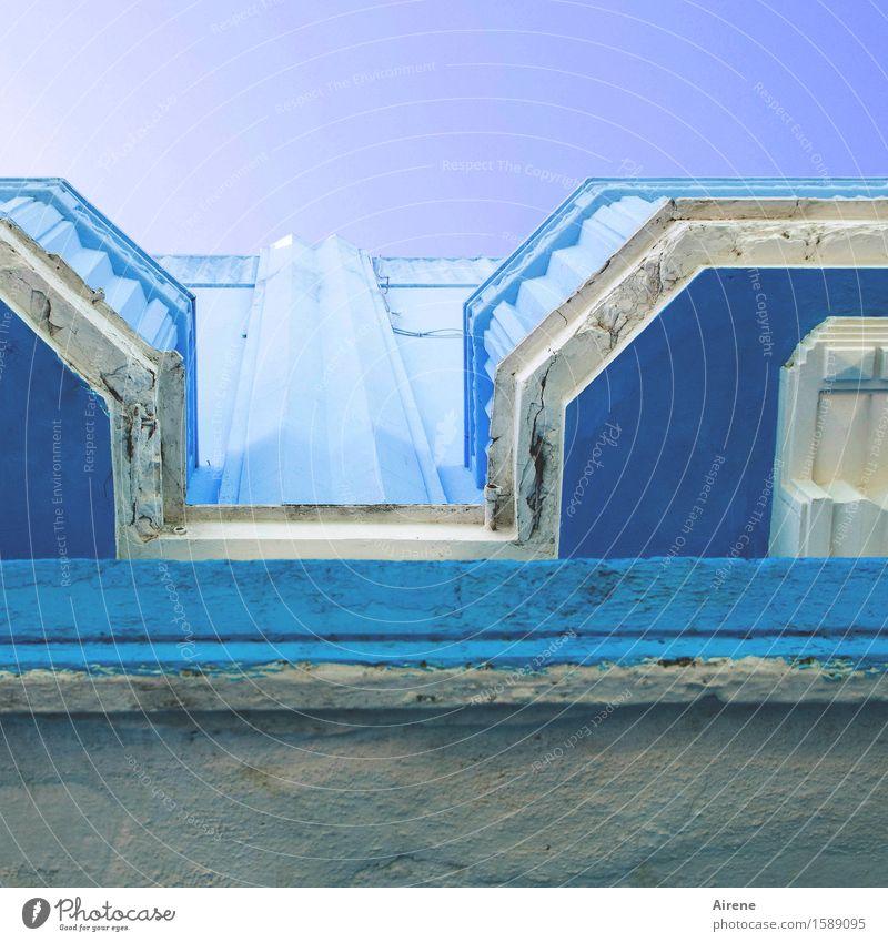 blaubetont Farbe Haus Stein oben Fassade hell elegant ästhetisch Fröhlichkeit Kreativität Lebensfreude Balkon Leichtigkeit positiv eckig