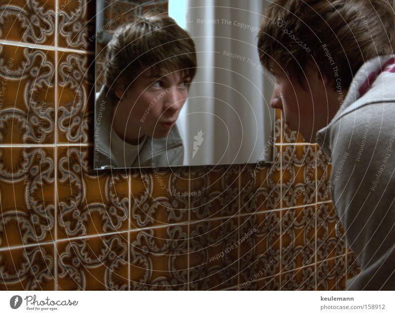 Spieglein an der Wand Spiegelbild Gesichtsausdruck Gefühle fließen Bad alt Mensch Schatten Fliesen u. Kacheln