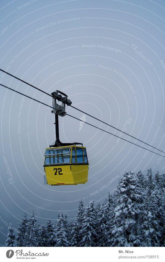 lufttaxi Winter gelb Luftverkehr aufwärts Schweben Baumkrone abwärts Personenverkehr Skigebiet Gondellift Seilbahn Drahtseil Leerfahrt