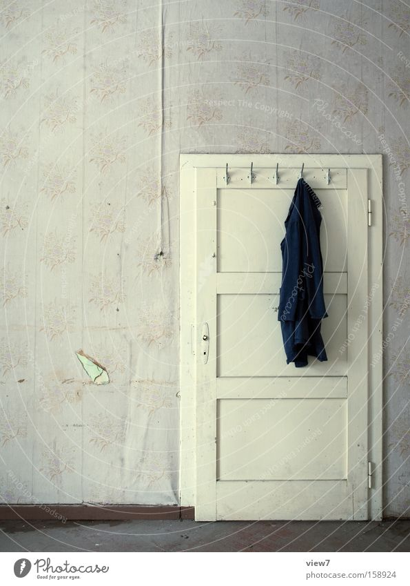 Kittel Raum Örtlichkeit Tür Bekleidung Kleiderständer Haken Kleiderbügel Arbeitspause Schichtarbeit Arbeitslosigkeit arbeitsfähig Arbeitsanzug Schürze